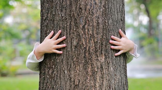 Risultati immagini per bambino abbraccia albero