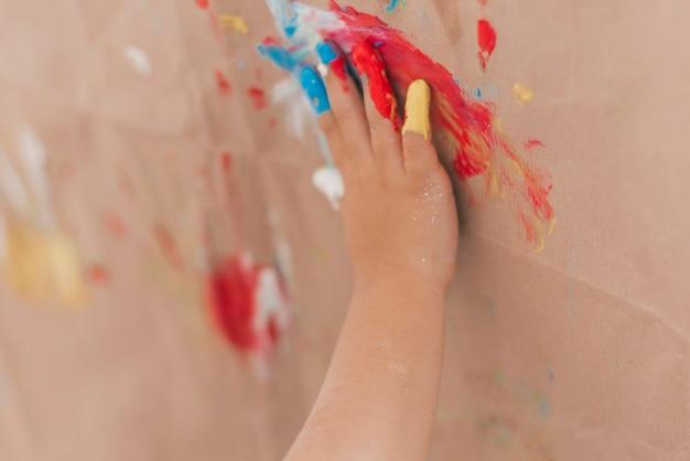 Mani del bambino con vernice Foto Gratuite