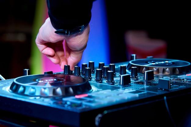 Mani del dj dietro il pannello di controllo. Foto Premium