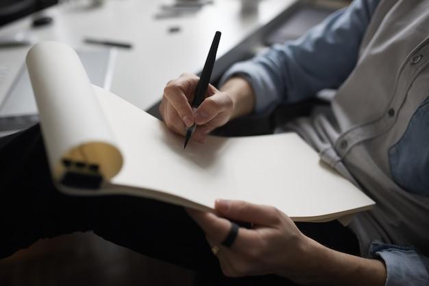 Mani del progettista che disegnano progetto di progettazione. Foto Gratuite