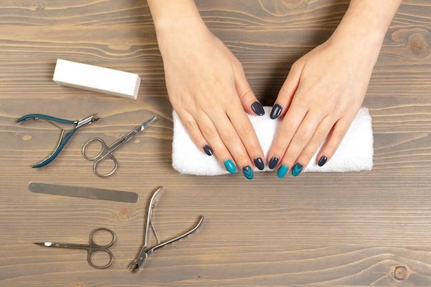 Mani della donna che ricevono un manicure nel salone di bellezza Foto Premium