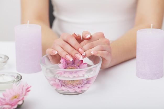 Mani di donna con belle unghie manicure francese Foto Premium