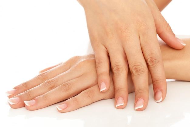 Mani di giovane donna con manicure francese Foto Gratuite