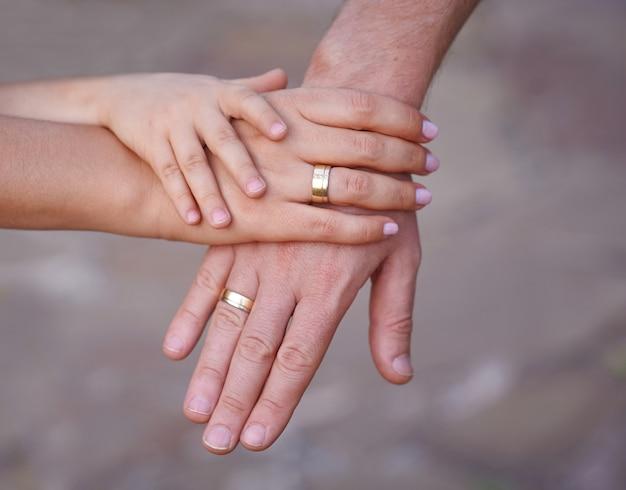 Mani di madre padre e bambino piccolo. Foto Premium