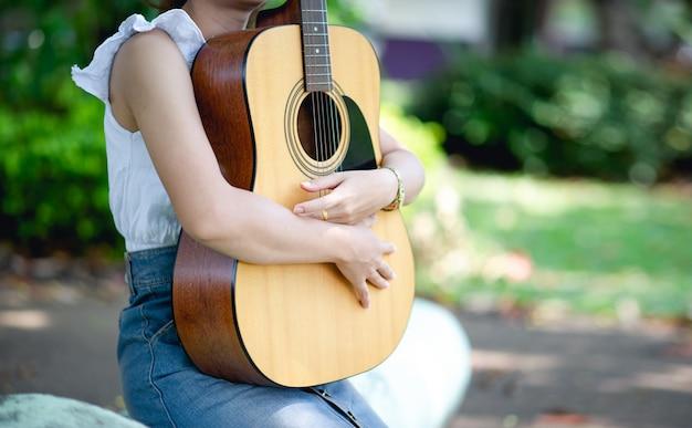 Mani di musicisti e chitarra acustica Foto Premium