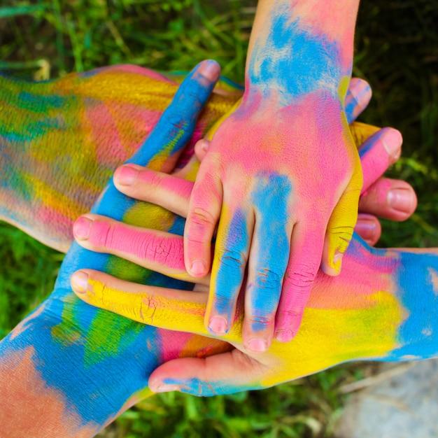 Mani dipinte in diversi colori. Foto Premium