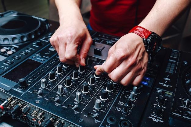 Mani dj che mixano musica al club durante l'evento Foto Premium