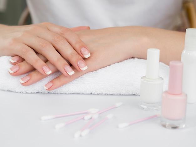 Mani e smalto per unghie delicati Foto Gratuite