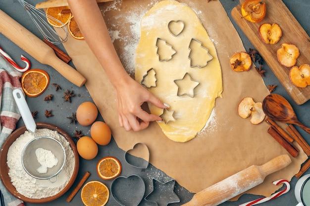 Mani femminili che producono i biscotti da pasta fresca a casa Foto Premium