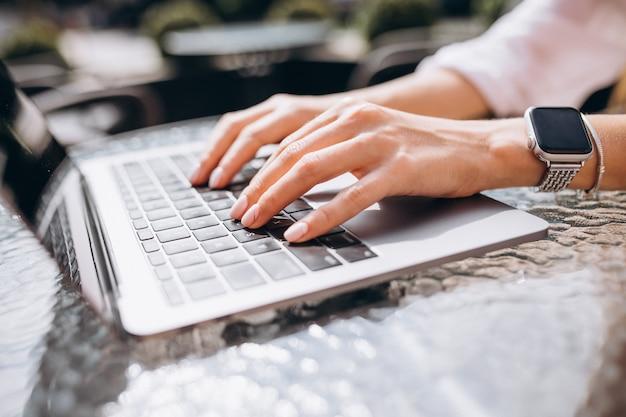 Mani femminili che scrivono sulla fine della tastiera in su Foto Gratuite