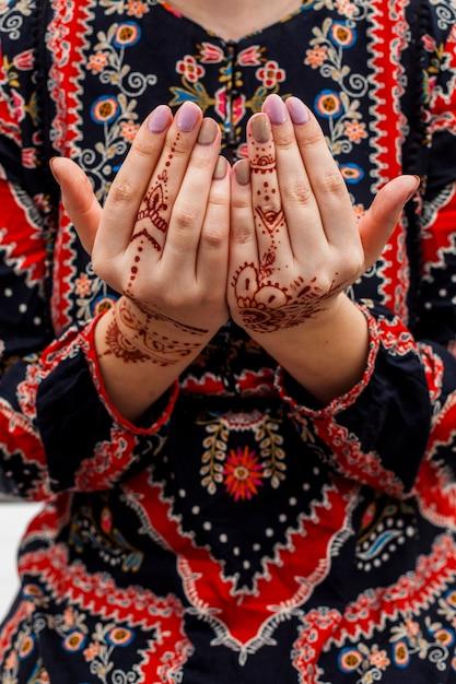 Mani femminili dipinte con mehndi Foto Gratuite