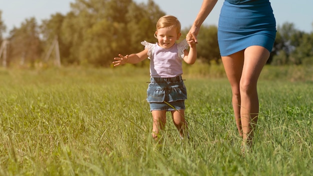 Mani hodling della giovane donna con una bambina Foto Gratuite