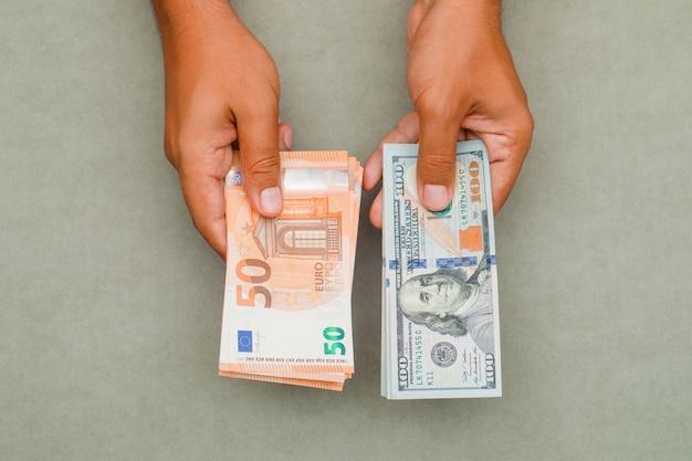 Mani in possesso di dollari ed euro. Foto Gratuite
