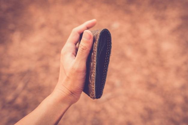 Mani in possesso di una borsa senza soldi. Foto Premium