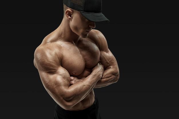Mani incrociate atleta senza camicia Foto Premium