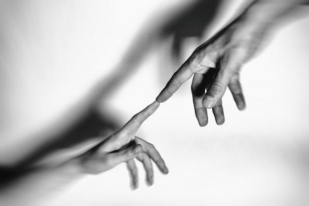 Mani maschili e femminili collegate tra loro insieme e per sempre. tonica. Foto Premium