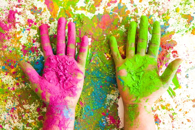 Mani nei colori rosa e verde su colori secchi brillanti Foto Gratuite