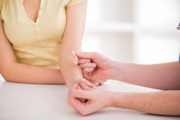 Mani ravvicinate con bendaggio adesivo. Foto Premium