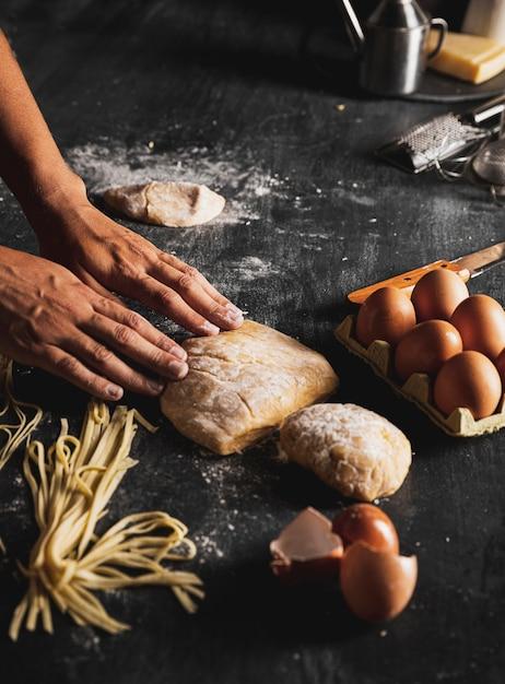 Mani ravvicinate con pasta e uova Foto Gratuite