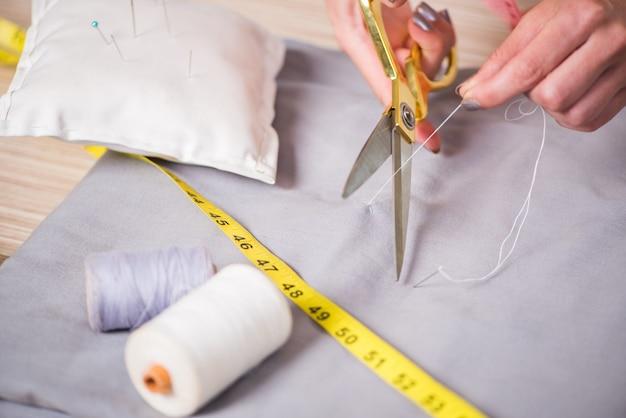 Mani su misura che lavorano su nuovi vestiti Foto Premium