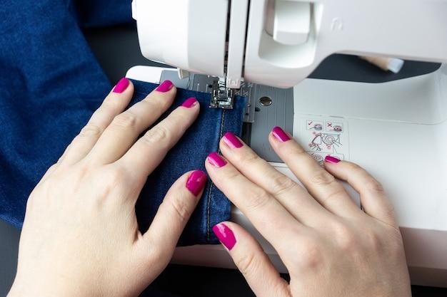 Mani sulla macchina per cucire Foto Premium