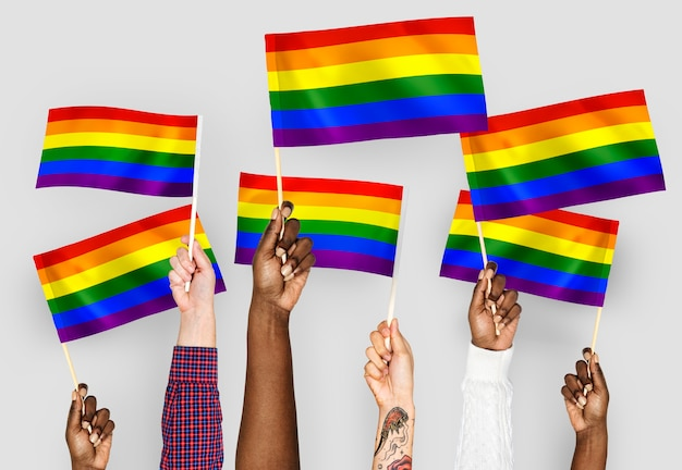 Mani sventolando bandiere arcobaleno Foto Gratuite