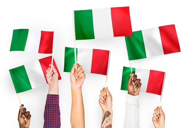 Mani sventolando bandiere d'italia Foto Gratuite
