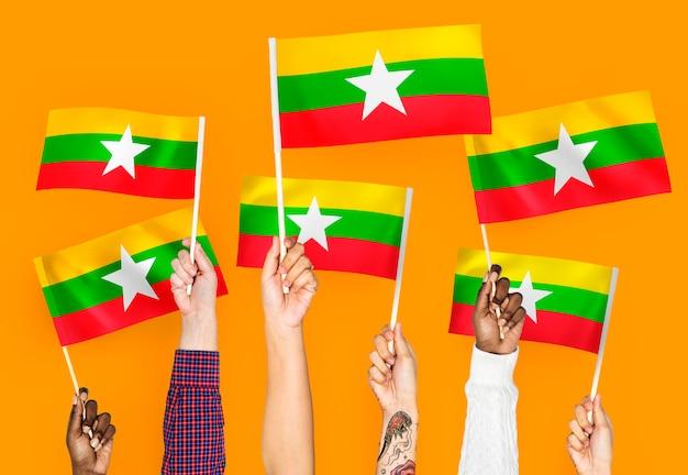 Mani sventolando bandiere del myanmar Foto Gratuite