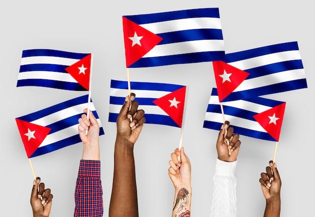 Mani sventolando bandiere di cuba Foto Gratuite