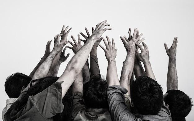Mani terribili dello zombie del fantasma isolate su fondo bianco Foto Premium