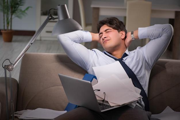 Maniaco del lavoro dell'uomo d'affari che lavora tardi a casa Foto Premium