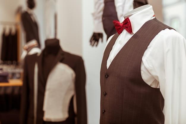 Manichino in abito classico con farfallino. Foto Premium