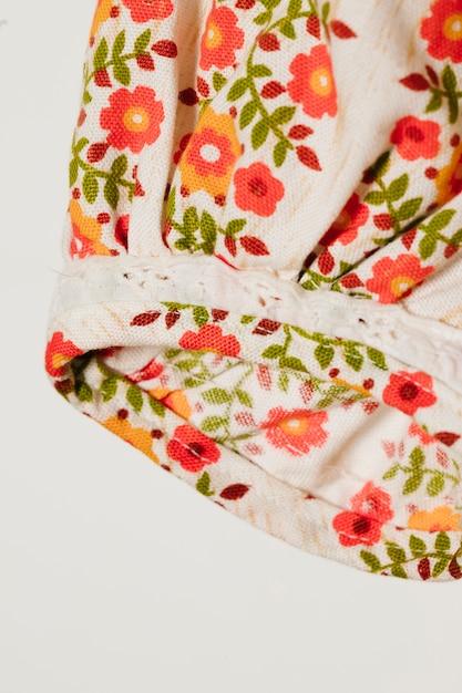 Manicotto bianco con fiori rossi close-up Foto Gratuite