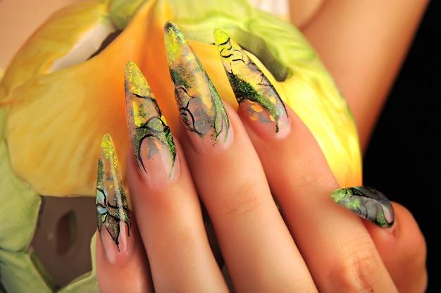 Manicure bellissimo modello sulle unghie Foto Premium