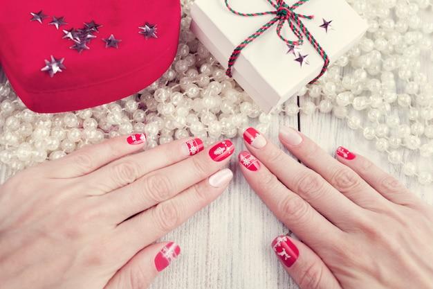 Manicure d'arte, colore rosso e bianco Foto Premium