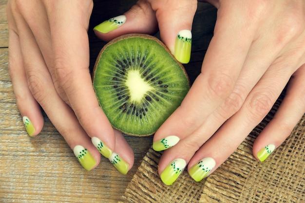 Manicure per kiwi Foto Premium