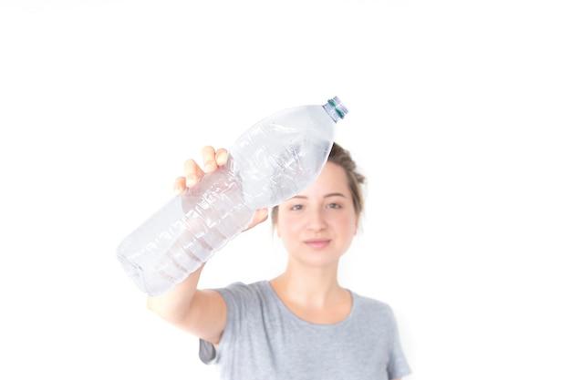 Manifestazioni della donna e giudicare bottiglia di plastica riciclabile isolata su fondo bianco. Foto Premium