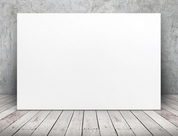 Manifesto lungo in bianco del libro bianco che si appoggia al muro di cemento sul pavimento di legno della plancia nella sala Foto Premium