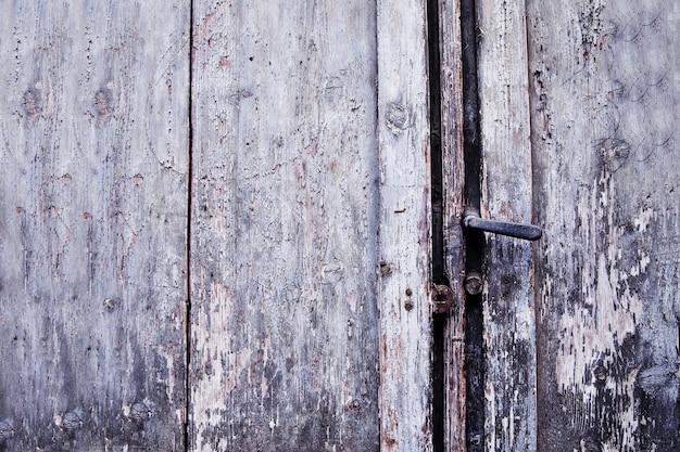 Maniglia arrugginita della vecchia porta e buco della serratura, italia Foto Premium