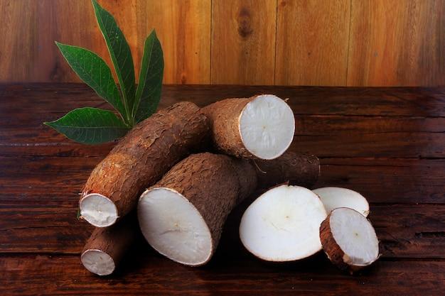 Manioca organica (mandioca, manioca, aipim, cucina brasiliana), sul tavolo di legno rustico Foto Premium