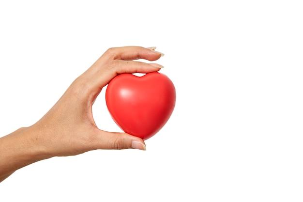 Mano che tiene a forma di cuore rosso Foto Premium