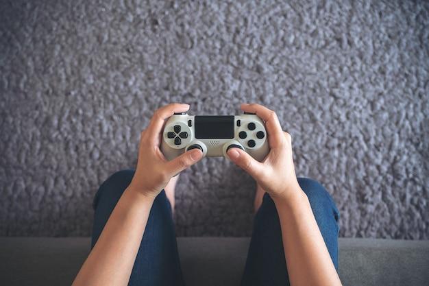 Mano che tiene il controller di gioco Foto Premium