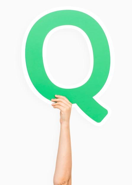 Mano che tiene la lettera q Foto Gratuite