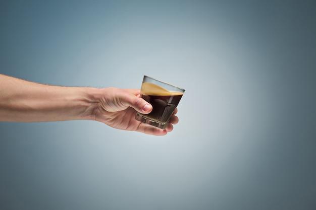 Mano che tiene la tazza di caffè Foto Gratuite