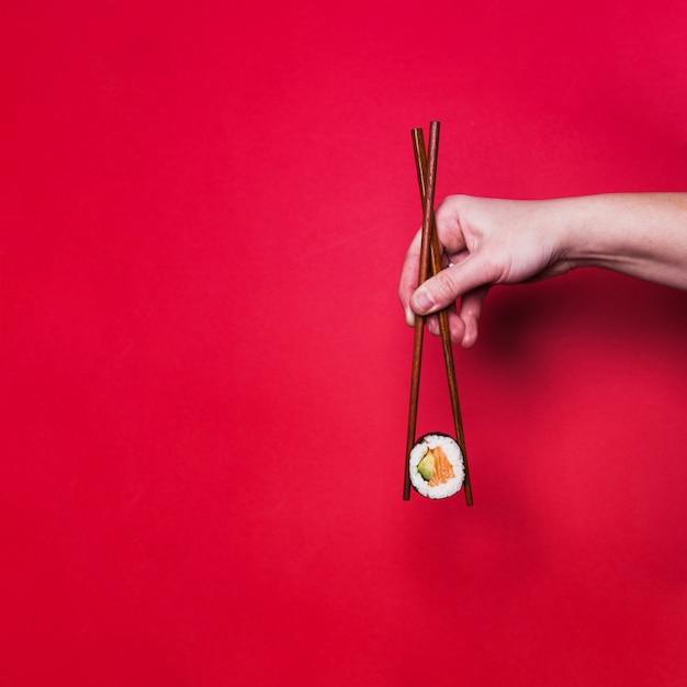 Mano che tiene sushi Foto Gratuite