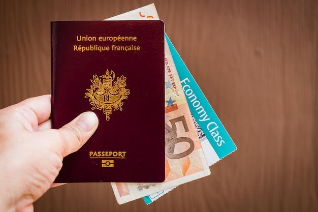 Mano che tiene un passaporto francese Foto Premium