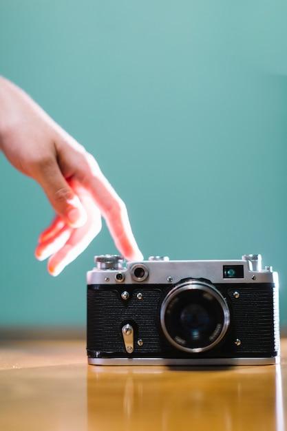 Mano che tocca la fotocamera Foto Gratuite