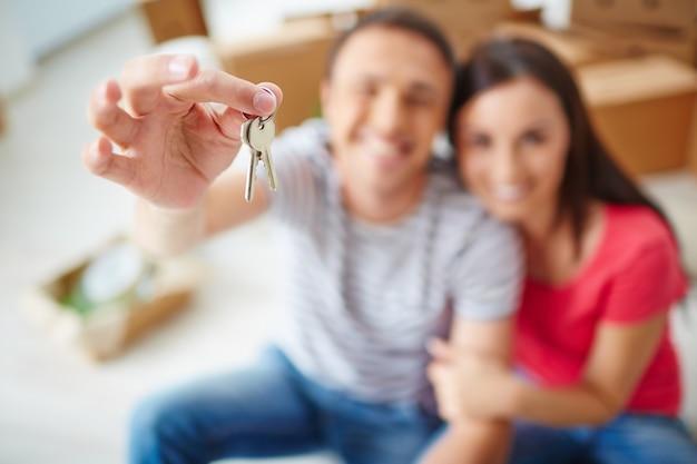 Mano close-up di uomo in possesso di una chiave Foto Gratuite