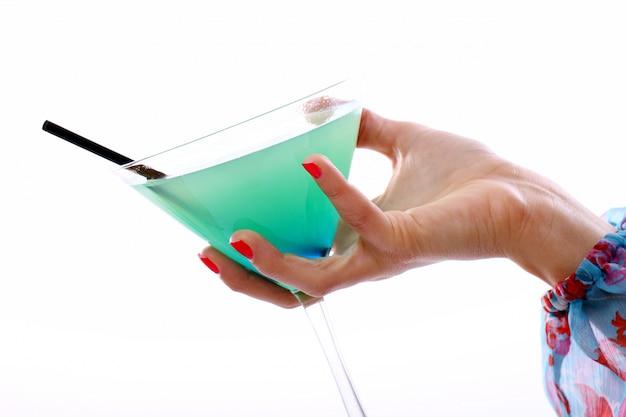 Mano con bicchiere di cocktail Foto Gratuite