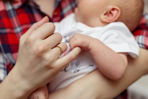 Mano dei bambini appena nati in mano della madre Foto Premium